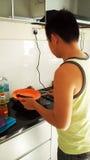 Gut aussehender Mann, der zu Hause in der Küche kocht stockfotos