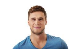 Gut aussehender Mann, der zur Kamera lächelt Lizenzfreies Stockfoto