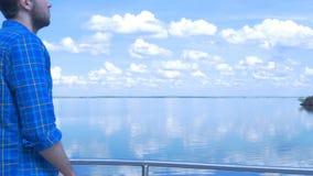 Gut aussehender Mann des Schiffs und des Schauens zur Stadt Mann, stilvoller Junge, blaues Hemd, hübscher Junge, attraktiv, Frühl Stockbild