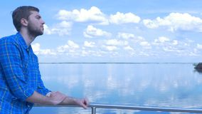 Gut aussehender Mann des Schiffs und des Schauens zur Stadt Mann, stilvoller Junge, blaues Hemd, hübscher Junge, attraktiv, Frühl Stockfotografie
