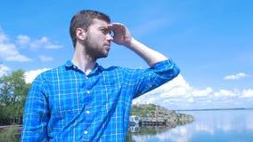 Gut aussehender Mann des Schiffs und des Schauens zur Stadt Mann, stilvoller Junge, blaues Hemd, hübscher Junge, attraktiv, Frühl Stockfoto