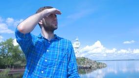 Gut aussehender Mann des Schiffs und des Schauens zur Stadt Mann, stilvoller Junge, blaues Hemd, hübscher Junge, attraktiv, Frühl Lizenzfreies Stockfoto