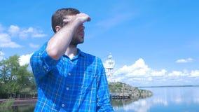 Gut aussehender Mann des Schiffs und des Schauens zur Stadt Mann, stilvoller Junge, blaues Hemd, hübscher Junge, attraktiv, Frühl Lizenzfreies Stockbild