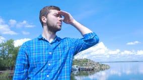 Gut aussehender Mann des Schiffs und des Schauens zur Stadt Mann, stilvoller Junge, blaues Hemd, hübscher Junge, attraktiv, Frühl Stockfotos