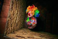 Gut aussehender Mann in einem Clownkostüm schaut oben lizenzfreie stockfotografie