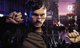 Gut aussehender Mann im Gefängnis der Stadt Stockfotografie