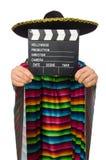 Gut aussehender Mann im klaren Poncho, der clapperboard hält Stockfotos