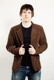 Gut aussehender Mann im Kordsamt-Mantel lizenzfreie stockfotografie