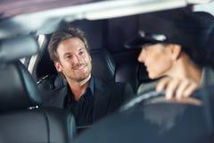 Gut aussehender Mann im Luxusautolächeln stockfoto