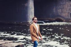Gut aussehender Mann im Mantel stockfotografie