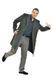 Gut aussehender Mann im Mantel lizenzfreie stockfotografie