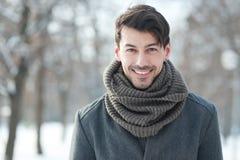 Gut aussehender Mann im Mantel lizenzfreies stockbild