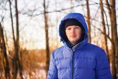 Gut aussehender Mann im Winter-Wald Stockfoto