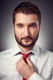 Gut aussehender Mann mit Bart Stockfotografie