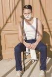 Gut aussehender Mann mit dem Rasieren des Schaums auf seinem Gesicht und des Tuches um seins lizenzfreie stockbilder