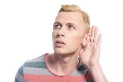 Gut aussehender Mann mit der Hand nahe seinem Ohr Lizenzfreie Stockfotos
