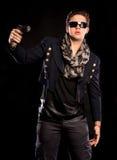 Gut aussehender Mann mit einem Gewehr Lizenzfreie Stockfotografie