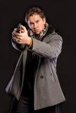 Gut aussehender Mann mit einem Gewehr Lizenzfreie Stockbilder
