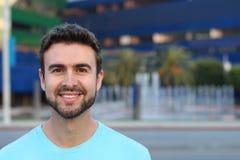 Gut aussehender Mann mit einem perfekten Lächeln Stockfotos