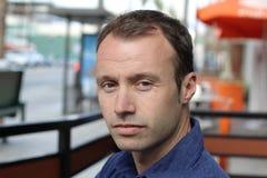 Gut aussehender Mann mit einer Haarausfallfrage Lizenzfreies Stockbild