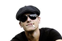 Gut aussehender Mann mit einer Zigarette Lizenzfreie Stockbilder