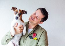 Gut aussehender Mann mit Hunde- und Eichenblättern Stockfoto