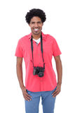 Gut aussehender Mann mit Kamera um seinen Hals Lizenzfreies Stockfoto
