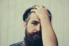 Gut aussehender Mann mit langem Bart lizenzfreie stockfotografie