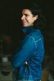 Gut aussehender Mann mit langem Haar Brunette in einer Denimjacke Stockbild