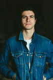 Gut aussehender Mann mit langem Haar Brunette in einer Denimjacke Stockbilder