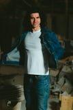Gut aussehender Mann mit langem Haar Brunette in einer Denimjacke Lizenzfreie Stockfotografie