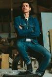 Gut aussehender Mann mit langem Haar Brunette in einer Denimjacke Stockfotos
