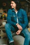 Gut aussehender Mann mit langem Haar Brunette in einer Denimjacke Lizenzfreies Stockbild