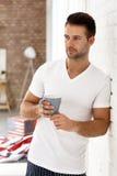Gut aussehender Mann mit Morgenkaffee stockbilder