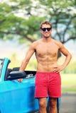 Gut aussehender Mann mit Sportauto Lizenzfreies Stockbild