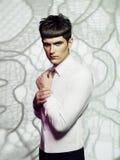 Gut aussehender Mann mit stilvollem Haarschnitt Lizenzfreies Stockbild
