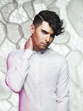 Gut aussehender Mann mit stilvollem Haarschnitt Stockfotografie
