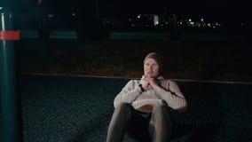 Gut aussehender Mann soll in der Nacht, steigendes Korpus draußen ausarbeiten vom Boden