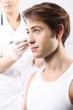 Gut aussehender Mann während microdermabrasion Behandlung im Schönheitssalon Lizenzfreies Stockfoto