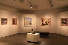 Gut beleuchteter Raum mit Beispielen von Sammlungen der schönen Kunst, Erinnerungs-Art Gallery, Rochester, New York, 2017 stockbild