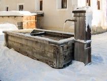 Gut in einem Bergdorf im Winter Lizenzfreies Stockfoto