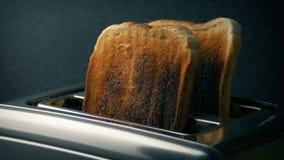 Gut erfolgter Toast wird vom Toaster genommen stock video