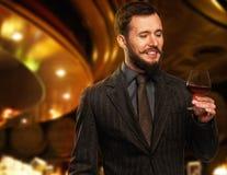 Gut gekleidet Mann mit Glas Stockbilder