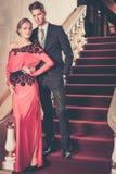 Gut gekleidet Paare im Luxusinnenraum Stockfotografie