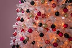 Gut gekleidet Weihnachtsbaum Lizenzfreies Stockbild