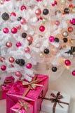 Gut gekleidet Weihnachtsbaum Stockfoto