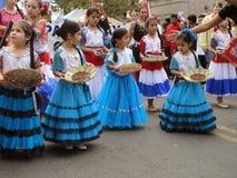 Gut gekleidete Kinder an der Parade stockbild