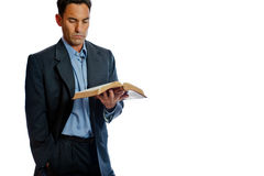Gut gekleideter Mann, der die Bibel liest Stockbilder