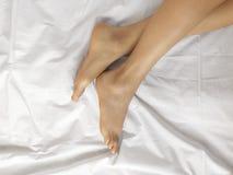 Gut-gepflegte weibliche bloße Füße auf einem weißen Blatt, Draufsicht, Nahaufnahme lizenzfreies stockfoto