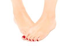 Gut-gepflegter weiblicher Fuß mit roter Pediküre Stockfoto